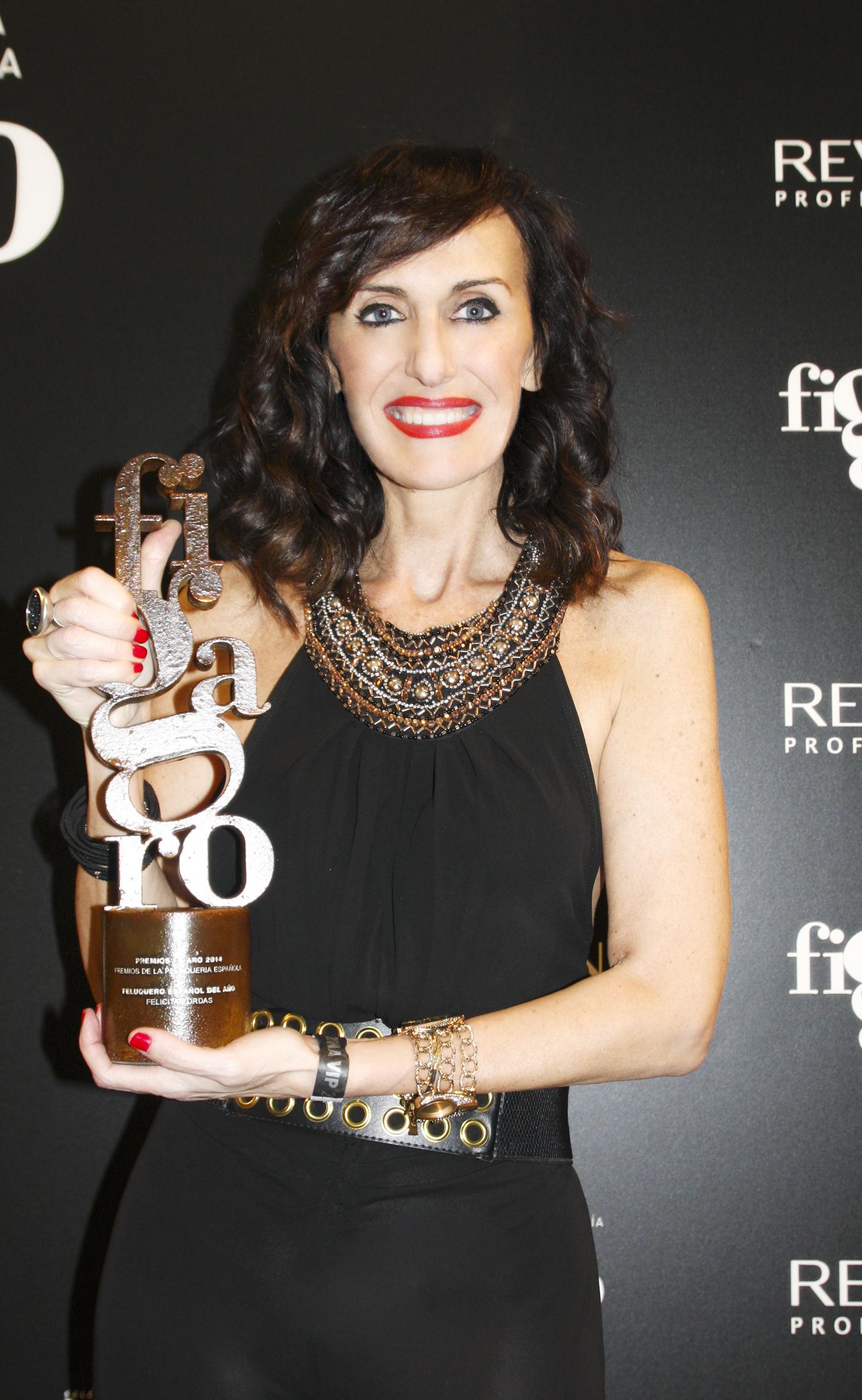 3) Felicitas con el premio Figaro