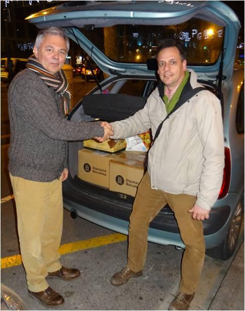 Josep Oriol Jorba fent entrega dels llibres al president del Casal Català de Nantes, Jordi Rotllan.