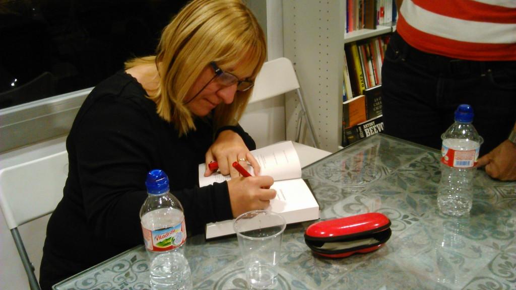Susana Hernández signant exemplars del seu llibre. Foto: Adriana Pujol.