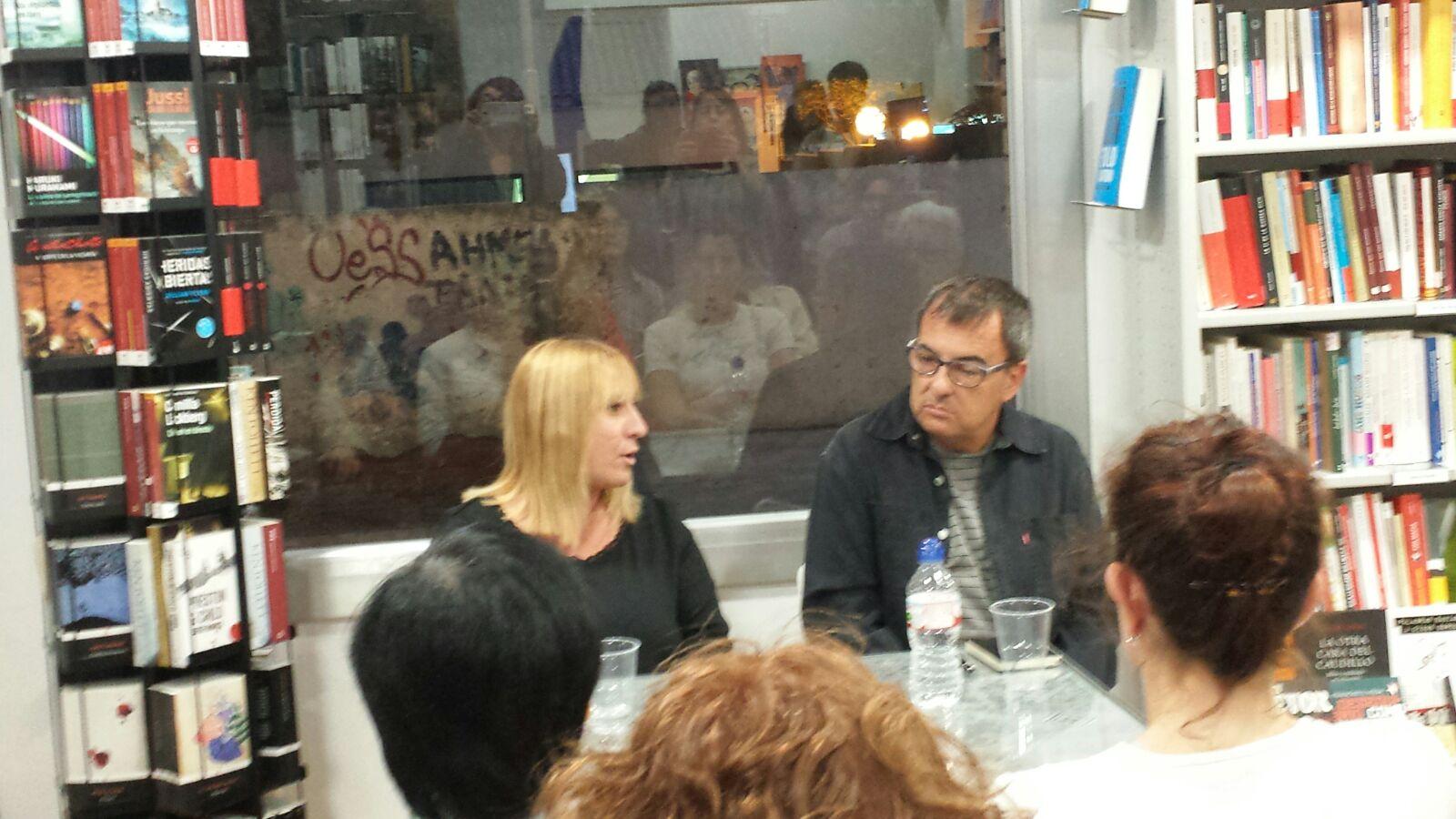 L'autora i el presentador conversen sobre la novel·la. Foto: Adriana Pujol.